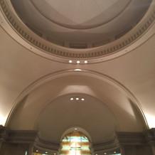 チャペルは天井が高く美しかったです。