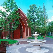 木のチャペルと周りの緑が素敵な場所です。