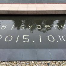 小石で文字や当日の日付を作ってくれます。