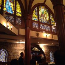 式場。ステンドグラスが美しい。