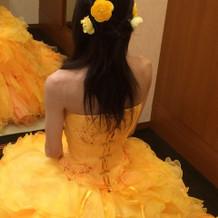 カラードレスに打ち合わせ時の造花をつける