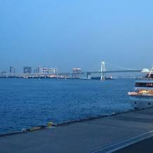 外の景色と、クルージング船