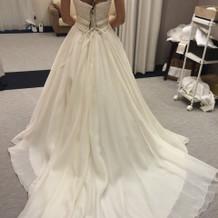 シンプルなウエディングドレス。
