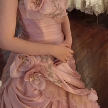カラードレスは早めに予約を。