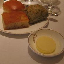 アオサと、オリーブの2種類のパンが名物!