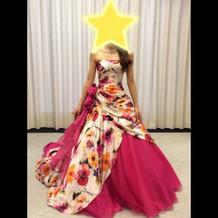 チェリーピンクのドレスです。