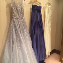 左側がリームアクラのカラードレス