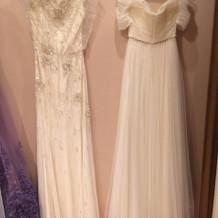 左側がウェディングドレス