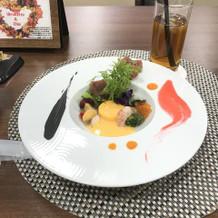 見た目と味で楽しめる料理でした。