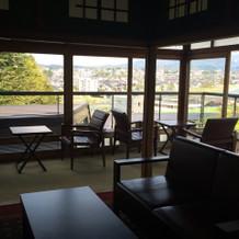 本館。金沢の街と庭園が見渡せる。