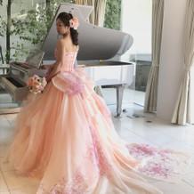 ピンク色の花柄のドレス