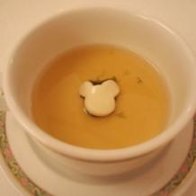 ミッキーのデザインで盛り付けされたスープ