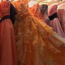 色ごとに綺麗なドレスが並んでいました