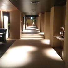 披露宴会場とチャペルを繋ぐ廊下