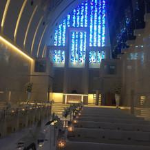 ブルーのステンドグラスが美しいチャペル
