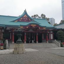 高層ビルを背景に、都会の中に佇む神社