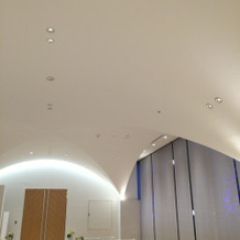 天井がアーチ型になっています。