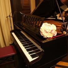 余興で使用したピアノ。花は持込み。