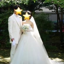 ウェディングの白ドレスと白タキシード。