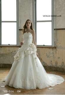 胸元が特徴的なウェディングドレス