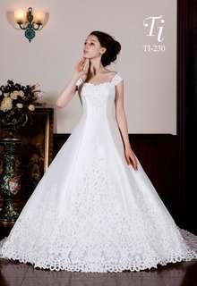 王道のサテン地ドレス