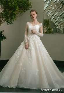 ロングトレーンが豪華なウエディングドレス
