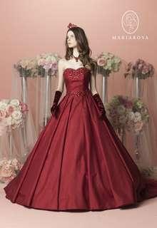 シックな色合いとビーディングで、洗練された花嫁に
