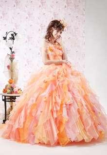 異素材ミックスがおしゃれなオレンジドレス