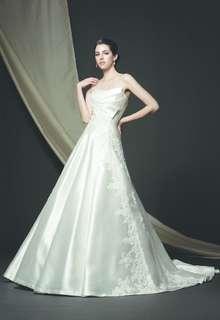 シルクサテンが高貴な印象を漂わせる、清楚で凛としたスタイル