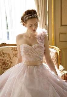 ピンクのフラワープリントドレス
