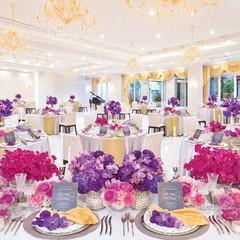 パーティ会場「パレロワイヤル」。白い大理石や輝くシャンデリア。パリのお城のような高貴な雰囲気。専用のホワイエ、コートヤードなどフロアを貸切。