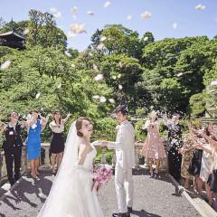 挙式後は庭園でのフラワーシャワーを。ゲストとともにたっぷりの光と緑も二人を祝福してくれる。
