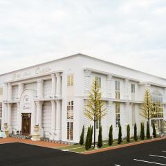 国道50号バイパス沿いの白い建物。 花嫁の小さなお城。おふたりの想いを形にするウェディングスペース。