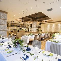 4月に一新されたレストラン「In the Garden 135」はウッドベースのナチュラルな空間。木の温もりがやさしいあたたかな店内席とゆったりと広がるライトアップされた贅沢なガーデン席からなるプチラグジュアリーレストラン。