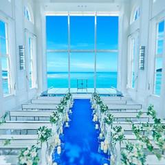 バージンロードから祭壇、祭壇奥へとまるで海へと続いているかのような開放的なオーシャンビューチャペル