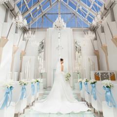 花嫁様が一番輝く場所・・・自然の光とガラスのバージンロード 光のベールが新婦をやさしく包み輝かせます