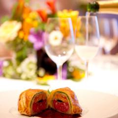 ウエディングでも人気のスペシャリテ、牛フィレ肉とフォアグラ、トリュフのパイ包み