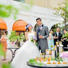 青空と陽光、花々に包まれる開放的なガーデンでウェルカムパーティ。シャンパングラス片手におふたりとゲストの笑顔が弾む幸せなひととき。アットホームでなごやかな時間が流れる。