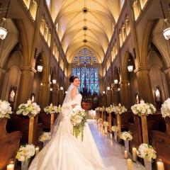 【ヨークミンスター大聖堂】荘厳な空気感とステンドグラスの輝きに心奪わるチャペル。トランペットのファンファーレ・8名の聖歌隊の歌声・パイプオルガンの美しい音色に包まれながらの挙式は、一瞬一瞬を心に刻むセレモニー