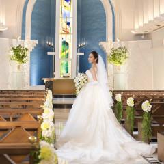 開業24周年を記念して2週間で叶えられる結婚式も♪ご家族だけの上質なプライベートウエディングにもオススメ!グリーンとウッドを基調に、白大理石のバージンロードにステンドグラスが映り込む荘厳な空気の中で永遠の約束を交わす感動的な挙式を・・・