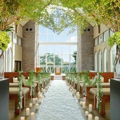 【教会・ハーモニックホール】祭壇に向かう、おふたりの視界の先に広がる、まばゆい光と優雅にそよぐ緑の景色。