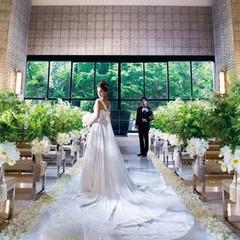 祭壇奥の窓から注ぐ光が輝くチャペル サンタナで感動のセレモニーを。