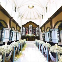 教会「セント・ラファエル・カテドラル」80名着席可能。75枚のステンドグラスやパイプオルガンの音色は本物です。大理石のバージンロードは約14メートル。