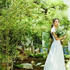 緑とやわらかな木漏れ日の中 ドレス姿も一層美しく輝く