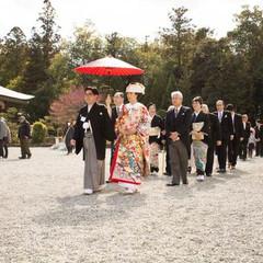 大礼記念館のお控え室より、神主様を先頭に大神神社のマイナスイオンを感じながら、風情ある砂利道を歩き儀式殿へ向かわれてます。