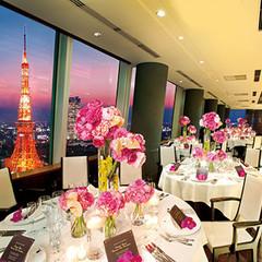 最大着席数80席となるメイン会場。 地上180mの高さからは、東京タワーはもちろん、東京ベイエリア、浜離宮やスカイツリーまで見渡せるロケーション。東京タワーの展望台よりも高い位置からの景色は、披露宴に出席しながらまるで東京観光をしているよう。