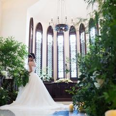 明るい陽射し差し込む祭壇は、花嫁を輝かせます。