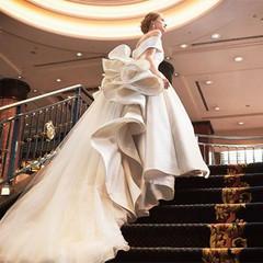 ロイヤルブルーの螺旋階段は、トレーンの長いウエディングドレスやロングベールが綺麗に映える。
