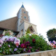 ガーデンが美しい大聖堂は、祝福の鐘が鳴り響くロマンチックな挙式が評判♪