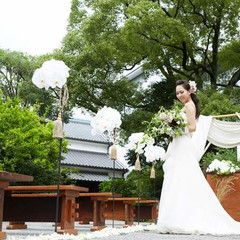 酒心館の長屋門を入ってすぐのところにあるお庭での挙式。
